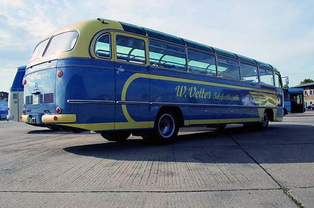 Alter Mercedes Bus von der Seite