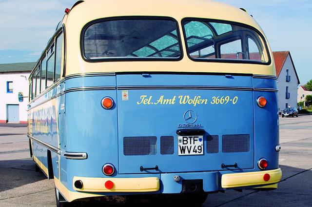 Alter Mercedes Bus von hinten