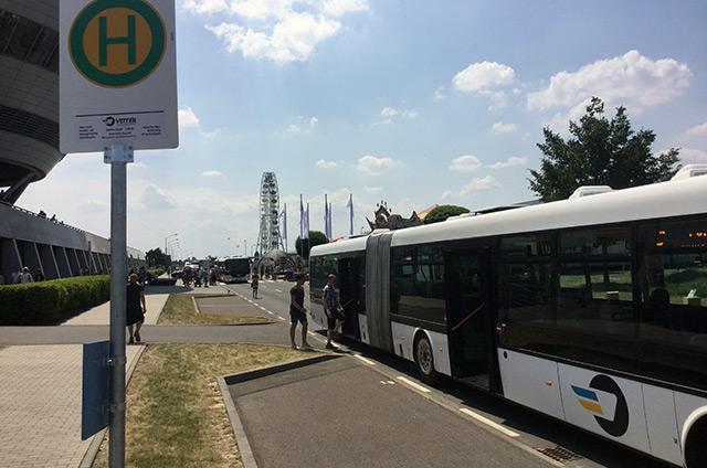 Bus sammelt Personen ein