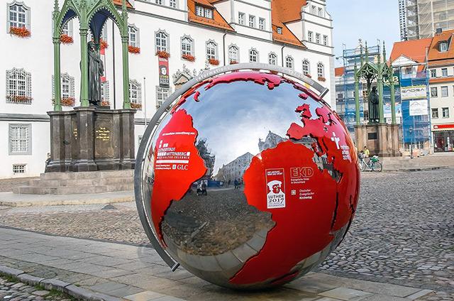 Weltkugel in Fußgängerzone